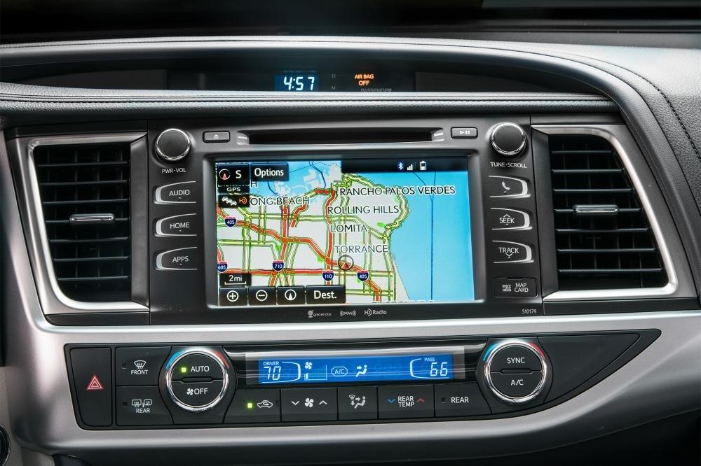 Toyota Highlander 2017 được trang bị hệ thống giải trí Entune đi kèm màn hình 6,1 inch a2