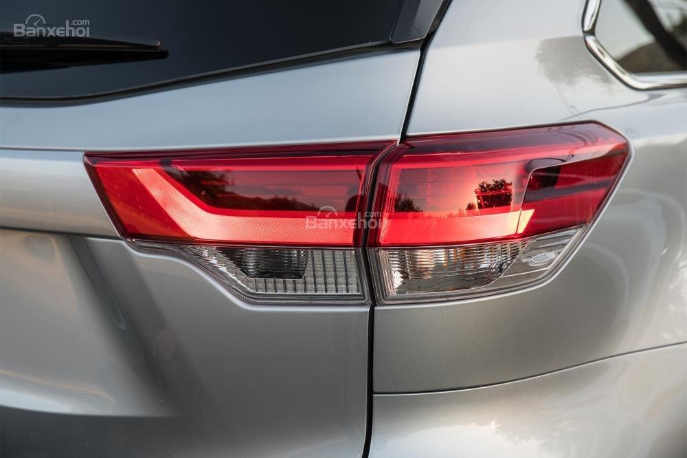 Đánh giá xe Toyota Highlander 2017: Đèn hậu được nâng cấp lên bóng LED a1