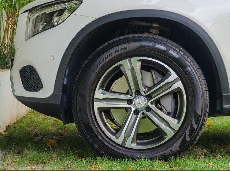 Đánh giá xe Mercedes-Benz GLC-Class 2017: GLC 250 4MATIC dùng la-zăng hợp kim đúc có kích thước 18-inch năm chấu đơn khỏe khoắn 1