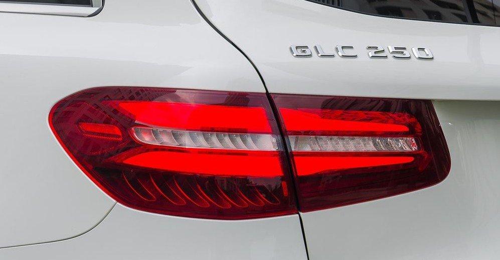 Đánh giá xe Mercedes-Benz GLC-Class 2017: Cụm đèn hậu LED với thiết kế hao hao những mẫu coupe sành điệu của Mercedes 1