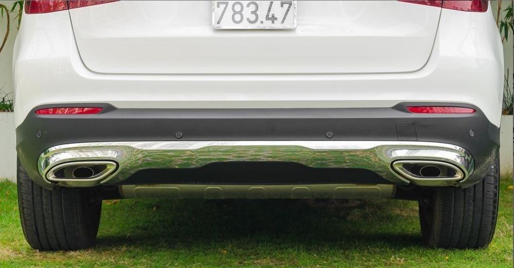 Đánh giá xe Mercedes-Benz GLC-Class 2017: Một mảng chrome lớn nối với hai ống xả được bọc hình thoi bố trí thấp, cân xứng 1