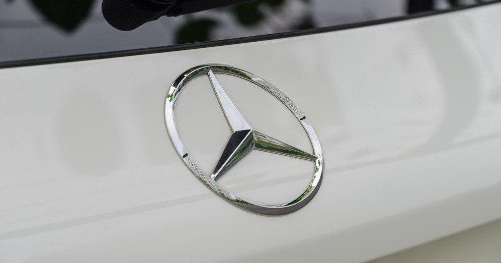 Đánh giá xe Mercedes-Benz GLC-Class 2017: Logo thương hiệu đặt ở vị trí trang trọng 2