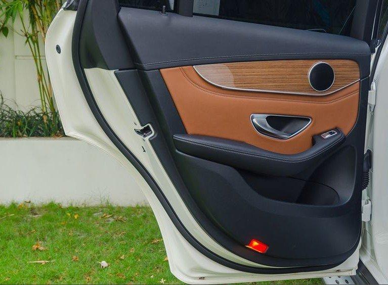 Đánh giá xe Mercedes-Benz GLC-Class 2017: Cửa sau 4