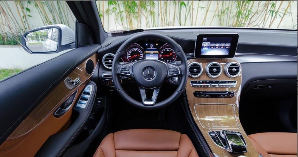 """Đánh giá xe Mercedes-Benz GLC-Class 2017: Mercedes đã tiết kiệm kha khá thời gian và chi phí dành cho quá trình phát triển GLC-Class khi mà khoang cabin """"mượn"""" gần như hoàn toàn C-Class thế hệ W205 1"""