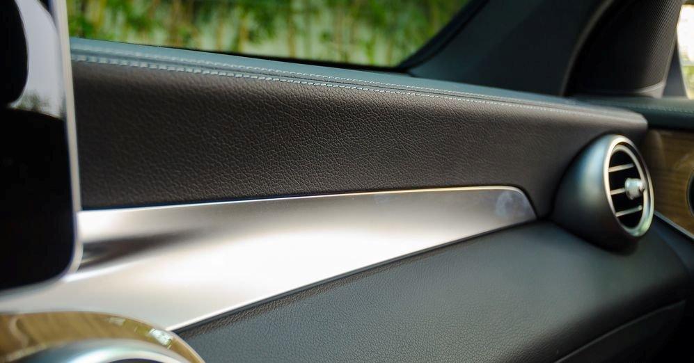 """Đánh giá xe Mercedes-Benz GLC-Class 2017: Từ lối bày biện không gian, chất liệu và cách phối màu nội thất cho đến các trang bị tính năng đều """"đúc từ một khuôn"""" mà thành 1"""