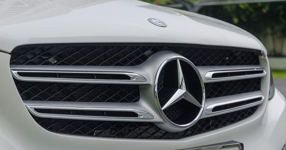 Đánh giá xe Mercedes-Benz GLC-Class 2017: Lưới tản nhiệt có đường viền mềm mại bao quanh nhưng bên trong cứng cáp với logo Mercedes cỡ lớn đặt giữa những thanh kim loại to bản, điểm thêm các mảng chrome bóng bẩy 1