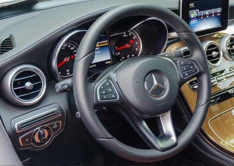 Đánh giá xe Mercedes-Benz GLC-Class 2017 về vô-lăng 4