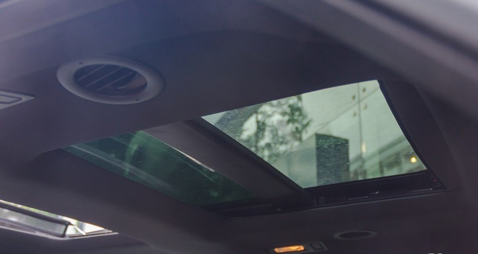 Đánh giá xe Ford Explorer 2017: Cửa sổ trời 1