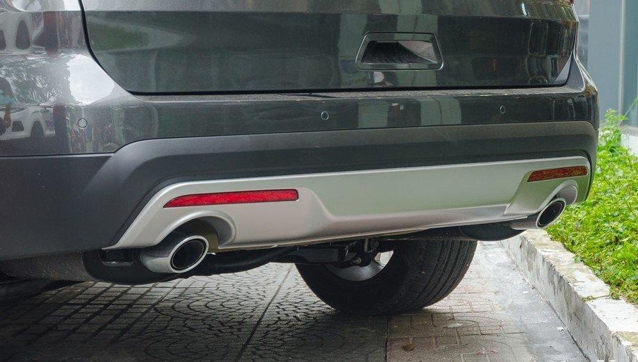 Đánh giá xe Ford Explorer 2017: Hai ống xả đặt đối xứng cùng với đuôi lướt gió 1