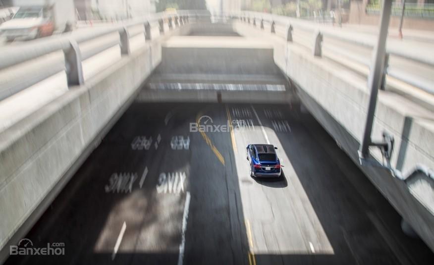 """Tesla Model X thực sự gây ấn tượng với chế độ lái xe tự động """"Autopilot""""."""