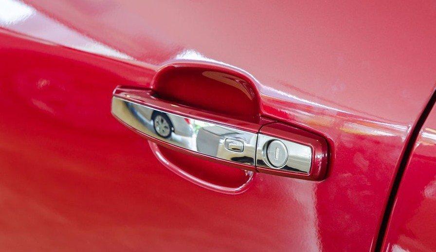 Đánh giá xe Chevrolet Trax 2017: Tay nắm cửa mạ chrome sang trọng 1