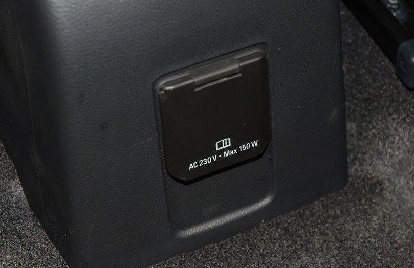 Đánh giá xe Chevrolet Trax 2017: Cổng sạc xoay chiều 230V ở hàng ghế sau 1