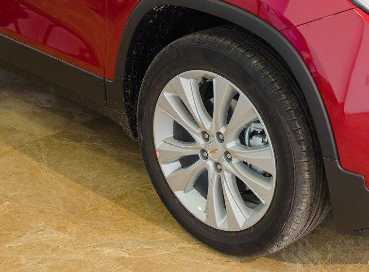 Đánh giá xe Chevrolet Trax 2017: Mâm xe hợp kim đa chấu 18 inch 1