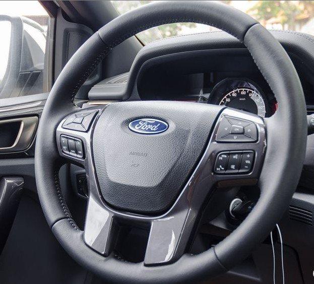 Đánh giá xe Ford Everest 2017: Vô-lăng 4 chấu, bọc da, tích hợp nhiều phím bấm 1