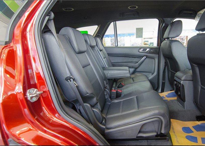 Đánh giá xe Ford Everest 2017: Hàng ghế thứ 2 1
