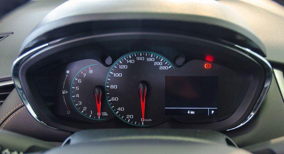 Đánh giá xe Chevrolet Trax 2017: Bảng đồng hồ với mảnh viền chrome tinh tế phía bên ngoài 1