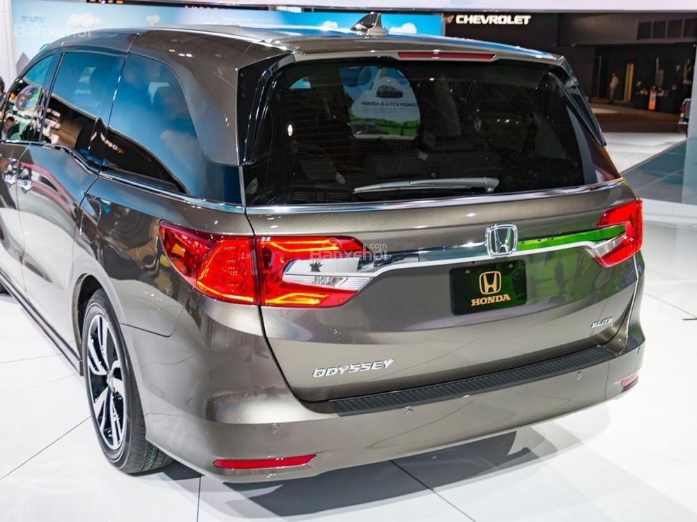 Đánh giá xe Honda Odyssey 2018: Cốp xe xuộng phía sau.