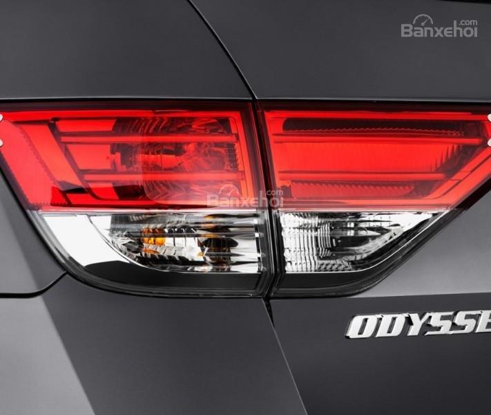Đánh giá xe Honda Odyssey 2018: Đèn hậu LED tiêu chuẩn.