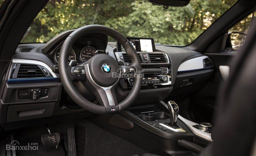 Đánh giá xe BMW 2-Series 2017: Vô-lăng 3 chấu thể thao tích hợp các nút điều khiển chức năng.