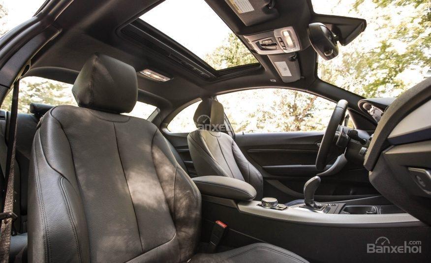Đánh giá xe BMW 2-Series 2017: Hệ thống ghế ngồi thể thao hỗ trợ tốt nhất cho lái xe và hành khách.