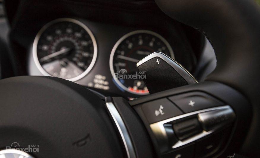 Đánh giá xe BMW 2-Series 2017: Vô-lăng 3 chấu thể thao tích hợp các nút điều khiển chức năng a2