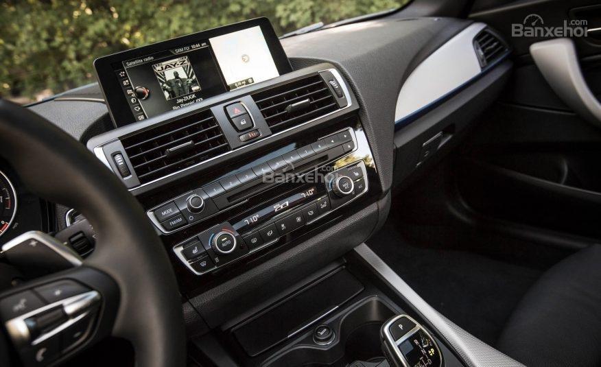 BMW 2-Series 2017 sở hữu hệ thống thông tin giải trí BMW iDrive với nhiều thiết lập khác nhau a1