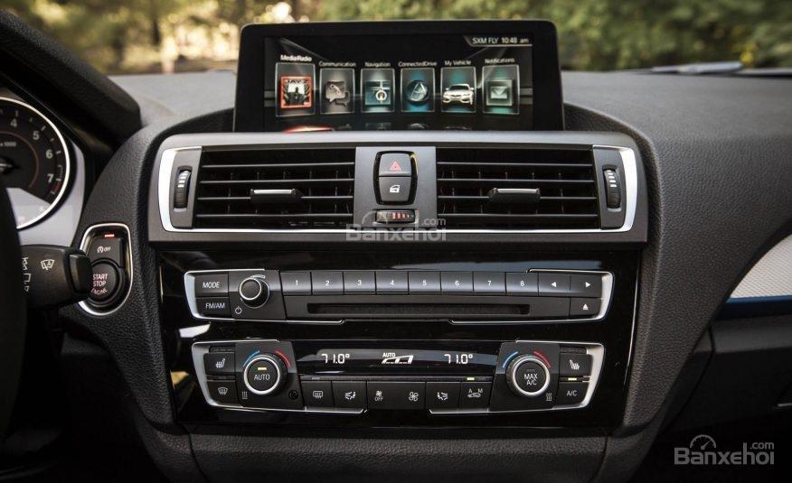 Đánh giá xe BMW 2-Series 2017 về bảng điều khiển trung tâm a1