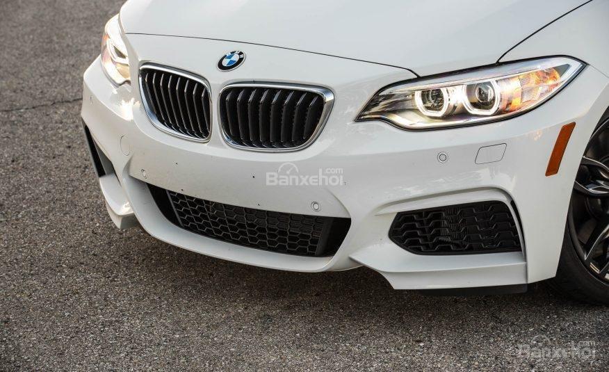 Đánh giá xe BMW 2-Series 2017: Cánh gió trước sâu hơn và hút gió lớn hơn.