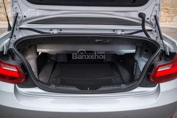 BMW 2-Series 2017 có khoang hành lý không quá lớn so với các đối thủ.