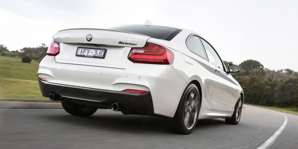 Đánh giá xe BMW 2-Series 2017: Đuôi xe nổi bật với đèn hậu chữ L đặc trưng.