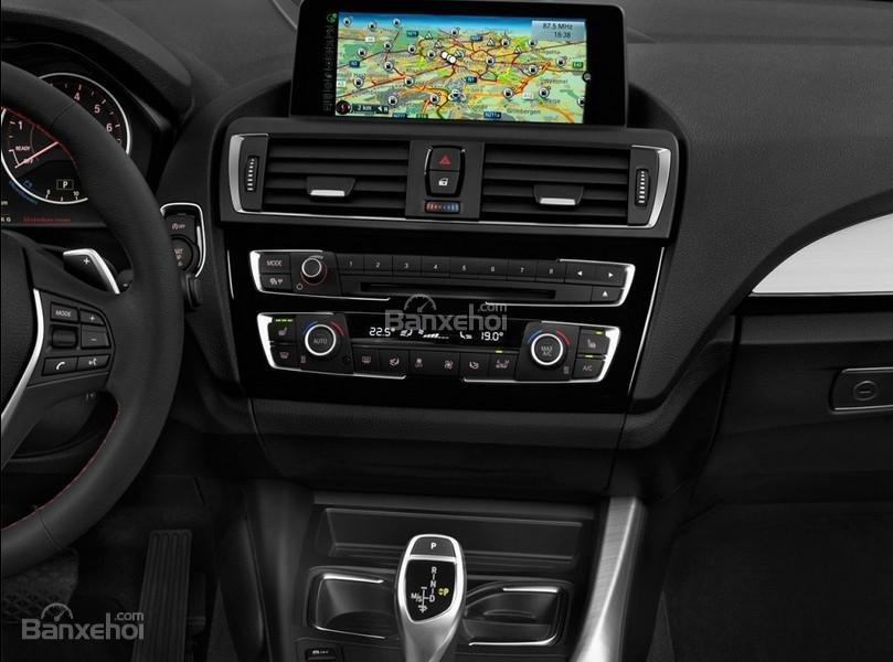 Đánh giá xe BMW 2-Series 2017: Bảng điều khiển trung tâm với màn hình cảm ứng 6.5 inch tiêu chuẩn.