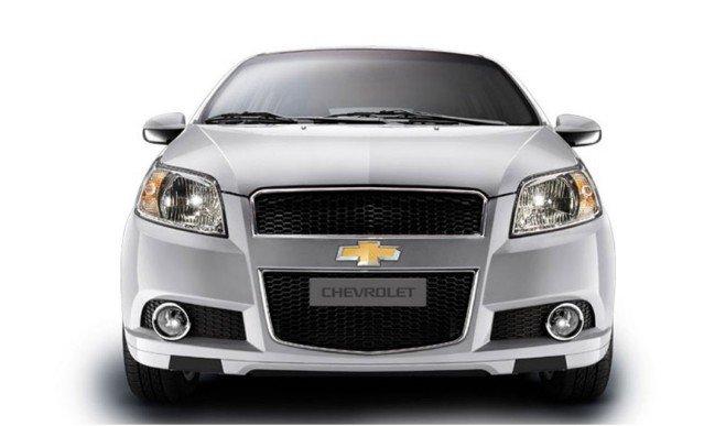 Đánh giá xe Chevrolet Aveo 2017: Đầu xe thu hút ánh nhìn người đối diện với những đường nét gọn ngàng 1