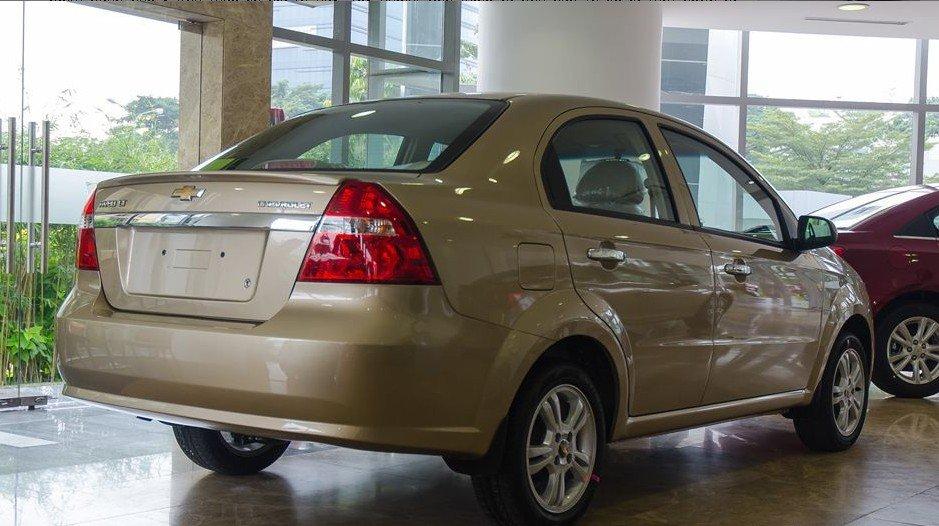 Đánh giá xe Chevrolet Aveo 2017: Thanh crom sáng bóng tạo điểm nhấn trên phần đuôi vốn đã có nhiều nét quen thuộc 1