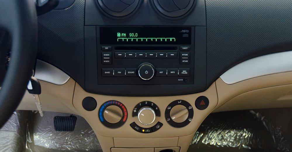 Đánh giá xe Chevrolet Aveo 2017: Hệ thống tiện nghi 1