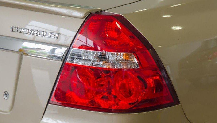 Đánh giá xe Chevrolet Aveo 2017: Hệ thống đèn hậu dùng toàn bộ bóng dây tóc halogen truyền thống 1