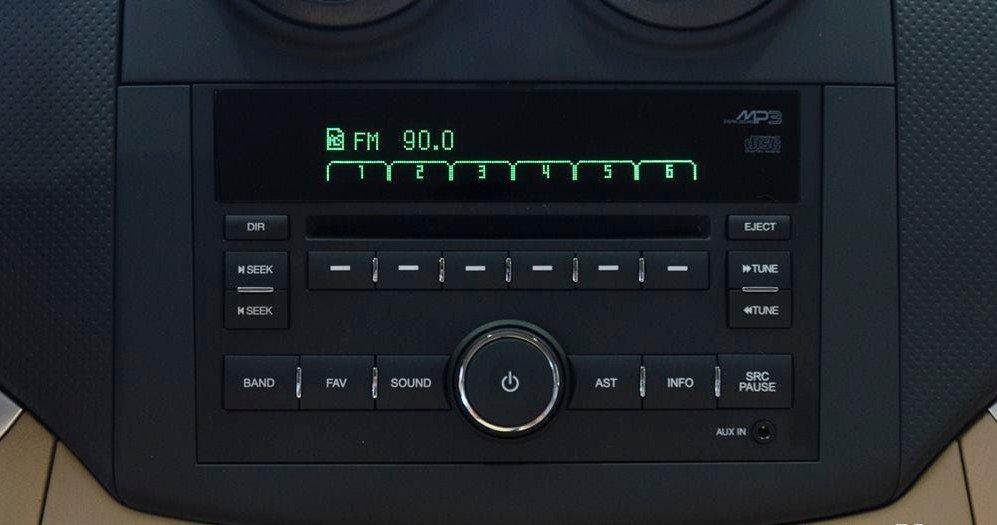 Đánh giá xe Chevrolet Aveo 2017: Hệ thống âm thanh cùng với các nút điều khiển đơn giản, dễ hiểu 1