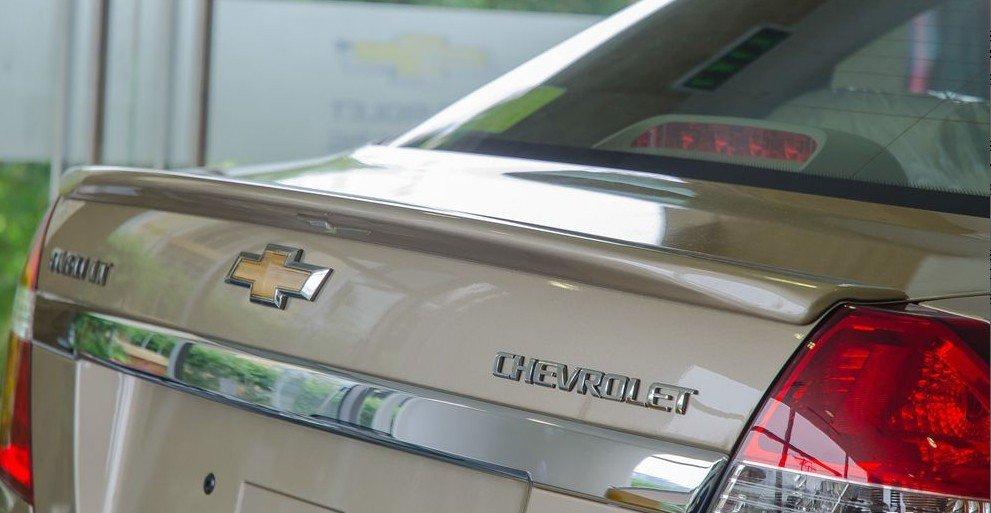 Đánh giá xe Chevrolet Aveo 2017: Thanh crom sáng bóng tạo điểm nhấn cho đuôi xe 1