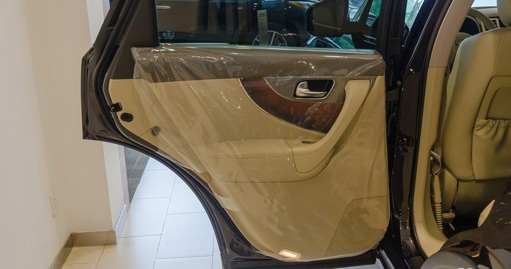 Đánh giá xe Infiniti QX70 2017: Các cửa xe Infiniti QX70 đóng/mở khá gọn gàng và chắc chắn.