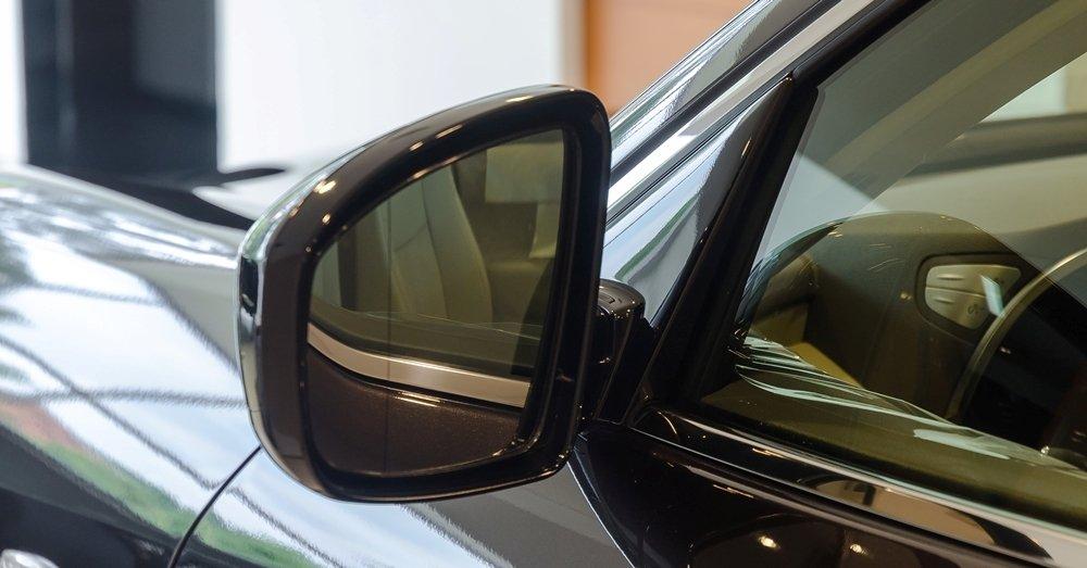 Đánh giá xe Infiniti QX70 2017: Gương chiếu hậu tích hợp sưởi, đèn báo rẽ và tự gập khi lùi xe.