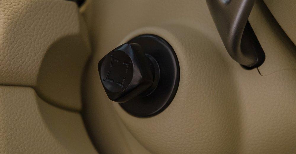 Đánh giá xe Infiniti QX70 2017: Nút điều chỉnh điện 4 hướng cho cột lái.