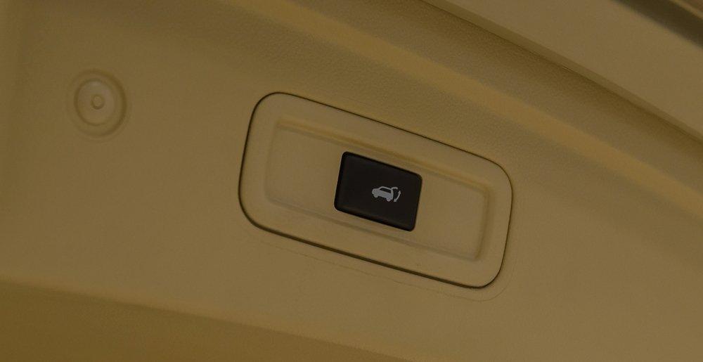 Đánh giá xe Infiniti QX70 2017: Nút điều khiển hệ thống cửa xe a2