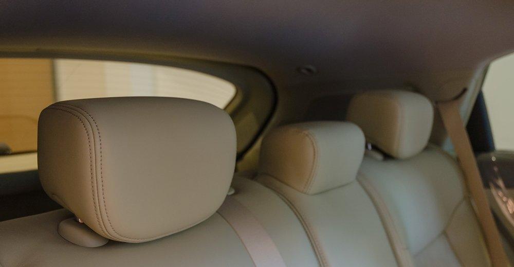 Đánh giá xe Infiniti QX70 2017: Hàng ghế sau với 3 tựa đầu riêng biệt.