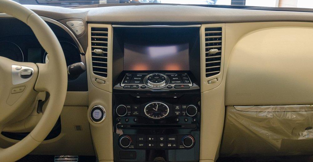Đánh giá xe Infiniti QX70 2017: Bảng điều khiển trung tâm thiết kế khá đơn giản.
