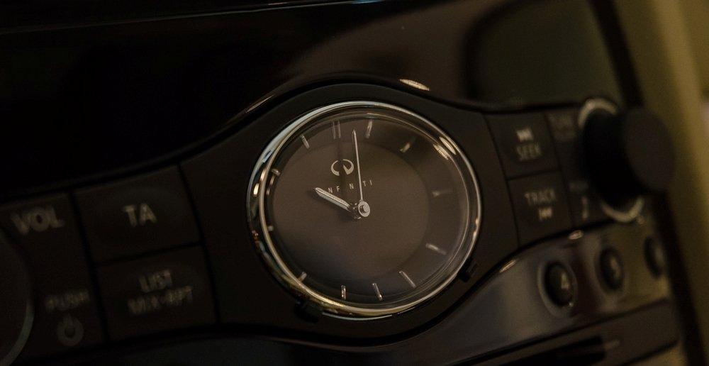 """Đánh giá xe Infiniti QX70 2017: """"Chất Infiniti"""" thể hiện rất rõ ở một số nút bấm chức năng cùng chiếc đồng hồ đầy sang trọng và lịch lãm a3"""