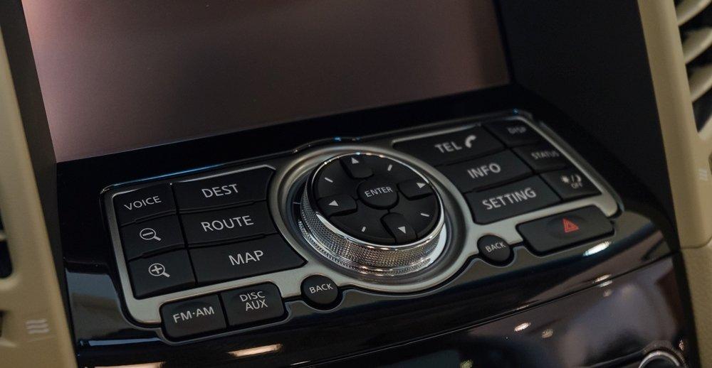 """Đánh giá xe Infiniti QX70 2017: """"Chất Infiniti"""" thể hiện rất rõ ở một số nút bấm chức năng cùng chiếc đồng hồ đầy sang trọng và lịch lãm a2"""