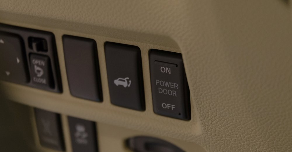 Đánh giá xe Infiniti QX70 2017: Nút điều khiển hệ thống cửa xe a3