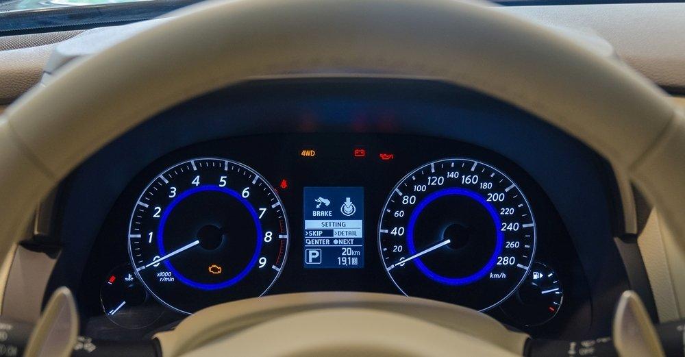 Đánh giá xe Infiniti QX70 2017: Bảng đồng hồ lái hiển thị cách phối màu khá trẻ trung, cá tính.