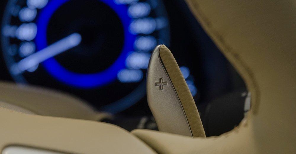 Đánh giá xe Infiniti QX70 2017: Đánh giá xe Infiniti QX70 2017: Vô-lăng được tích hợp lẫy chuyển số thể thao.