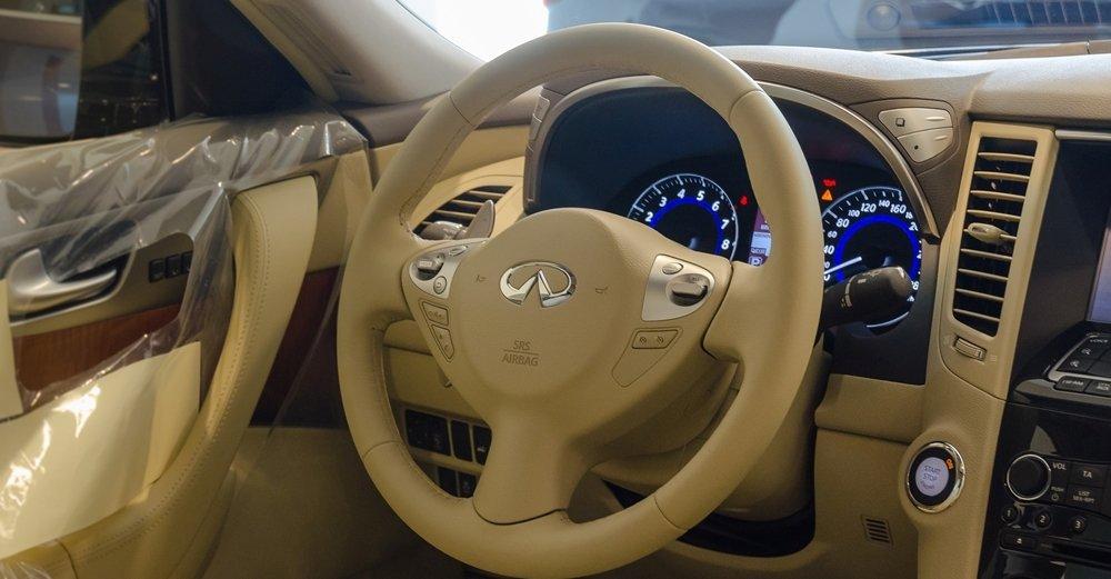 Đánh giá xe Infiniti QX70 2017: Vô-lăng bọc da cao cấp.