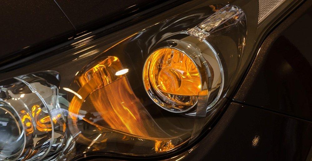 Đánh giá xe Infiniti QX70 2017: Đèn pha HID Bi-xenon tự động bật/tắt và điều chỉnh độ cao ánh sáng.